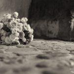 Brautstrauss auf Kopfsteinpflaster