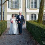 Brautpaar auf dem Weg zur Hochzeit