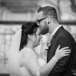 Bräutigam küsst Braut auf Stirn