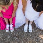Braut und Brautführerin mit Schuhen