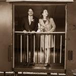 Brautpaar im alten Gepäckwagen