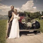 Brautpaar vor Oldtimer