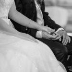 Hochzeitspaar hält sich die Hand
