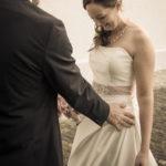 Bräutigam bewundert Brautkleid