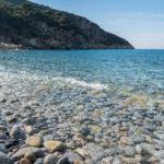 Klares Wasser am Steinstrand