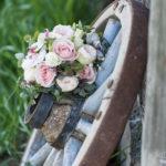 Brautstrauss auf Wagenrad
