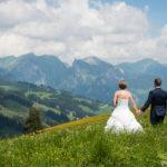 Brautpaar geniesst die Aussicht