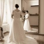 Braut vor Spiegel