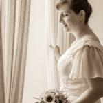 Braut vor Fenster