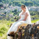 Braut auf Steinmauer